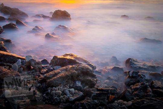 Foto sunset ombak slow speed kena batu karang di Pantai Lhok Nga, Aceh di tahun 2016