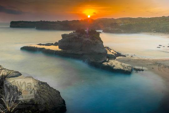 Foto sunset ombak slow speed di Pantai Klayar, Pacitan di tahun 2016