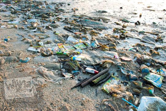 Foto tumpukan sampah plastik pengunjung di pesisir Pantai Tanjung Pendam Belitung di tahun 2016