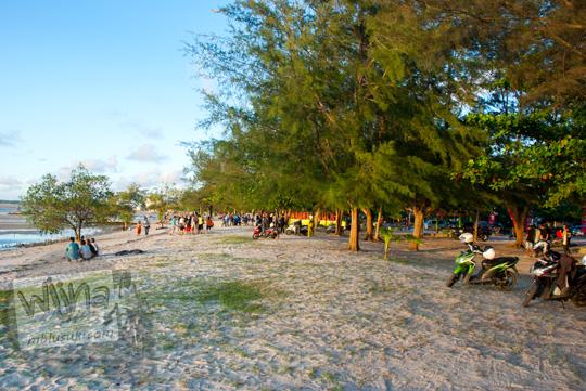 warga Belitung sedang bersantai dan duduk-duduk di Pantai Tanjung Pendam tahun 2016