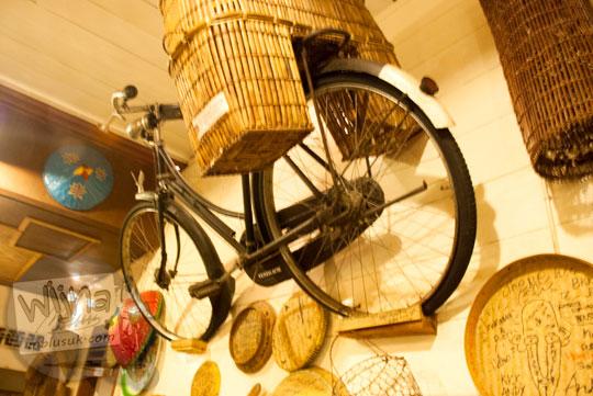 Dekorasi sepeda onthel tua di dinding Ruma Makan Belitong Timpo Duluk di kota Tanjung Pandan, Belitung pada tahun 2016