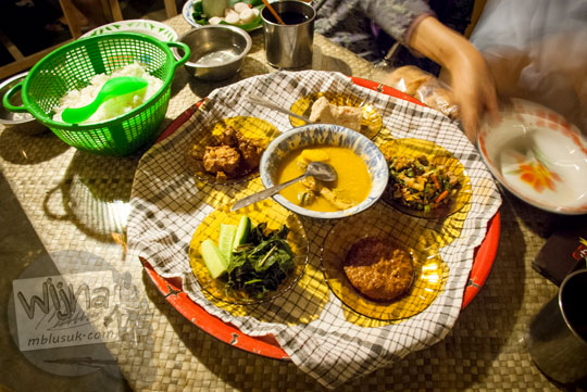 Paket makanan khas belitung Dulang Set yang disajikan Ruma Makan Belitong Timpo Duluk di kota Tanjung Pandan, Belitung pada tahun 2016