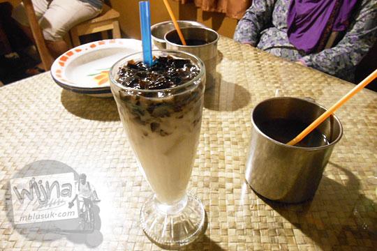 Es cincau yang disajikan Ruma Makan Belitong Timpo Duluk di kota Tanjung Pandan, Belitung pada tahun 2016
