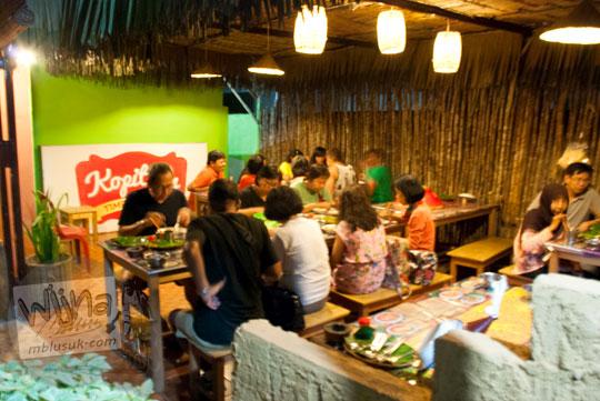 Halaman belakang tempat bersantap pelanggan di Ruma Makan Belitong Timpo Duluk di kota Tanjung Pandan, Belitung pada tahun 2016