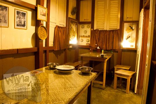 Interior meja makan dan kursi antik yang menghiasi Ruma Makan Belitong Timpo Duluk di kota Tanjung Pandan, Belitung pada tahun 2016