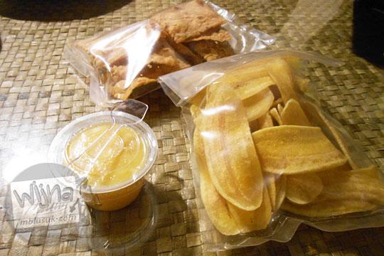 Cemilan puding jagung dan keripik snack ringan yang dijual di Ruma Makan Belitong Timpo Duluk di kota Tanjung Pandan, Belitung pada tahun 2016
