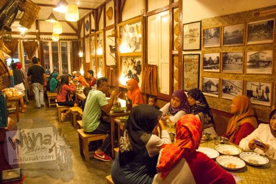 Ruang makan untuk menampung banyak tamu yang ada di Ruma Makan Belitong Timpo Duluk di kota Tanjung Pandan, Belitung pada tahun 2016
