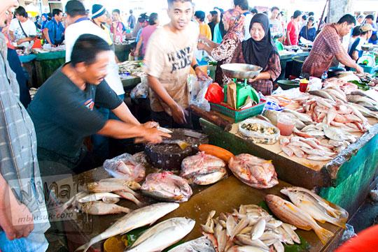 Aktivitas jual-beli ikan laut segar di Pasar Tradisional Kota Tanjung Pandan, Belitung pada tahun 2016
