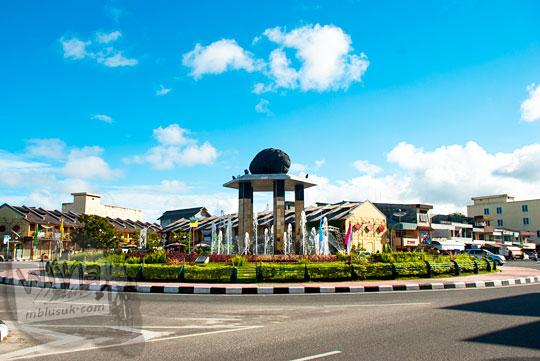 Suasana pagi hari di bundaran Batu Satam yang ada di Kota Tanjung Pandan, Belitung pada tahun 2016
