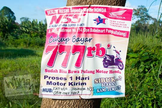 Spanduk berisi promo iklan cicilan sepeda motor ringan yang terdapat di pinggir jalan Kota Tanjung Pandan, Belitung pada tahun 2016