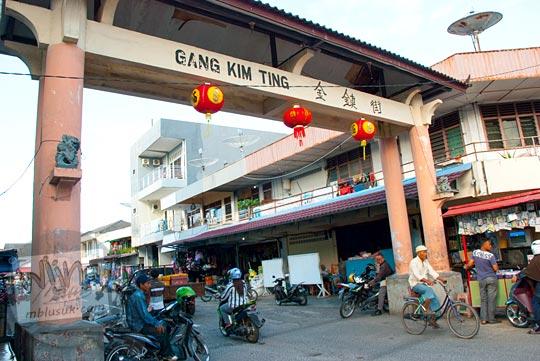 Gapura Gang Kim Ting arah ke Pasar Kota Tanjung Pandan, Belitung pada tahun 2016
