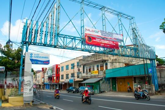Gapura besar yang ada di Jalan Sriwijaya di Kota Tanjung Pandan, Belitung pada tahun 2016