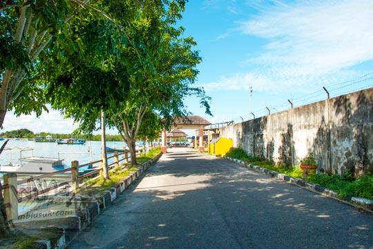 Jalan dari Pasar Ikan Kota Tanjung Pandan menuju Dermaga Penyebrangan di Belitung pada tahun 2016