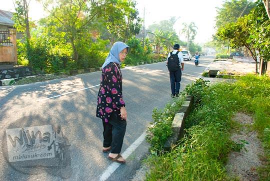 Wisatawan terpaksa berjalan kaki di Kota Tanjung Pandan, Belitung pada tahun 2016 karena tidak ada angkutan umum di kota tersebut