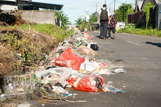 Jalan Dr. Susilo di Kota Tanjung Pandan, Belitung kotor dengan sampah-sampah berceceran pada tahun 2016