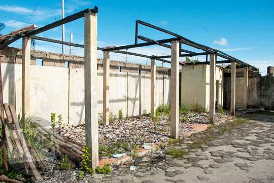 Bekas bangunan yang terbakar yang ada di area dermaga Kota Tanjung Pandan, Belitung pada tahun 2016