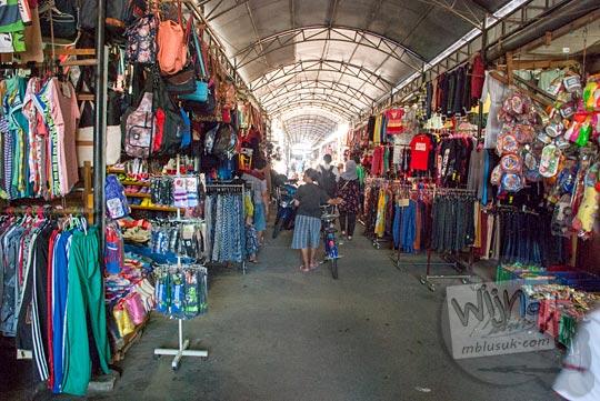 Suasana los penjual pakaian di Pasar Tradisional Kota Tanjung Pandan, Belitung pada tahun 2016