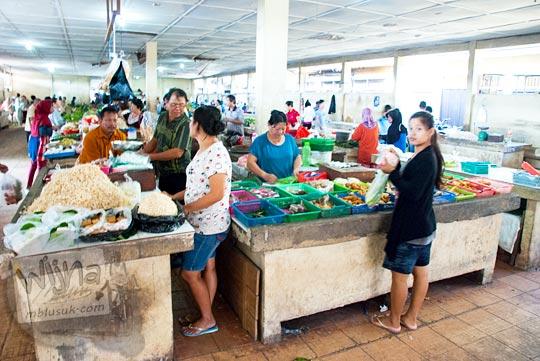 Suasana los penjual daging di Pasar Tradisional Kota Tanjung Pandan, Belitung pada tahun 2016