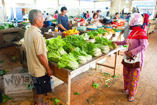 Suasana los penjual sayur di Pasar Tradisional Kota Tanjung Pandan, Belitung pada tahun 2016