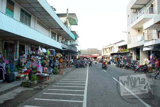 Ruko-ruko yang menjual perabot plastik di sekitar Pasar Kota Tanjung Pandan, Belitung pada tahun 2016