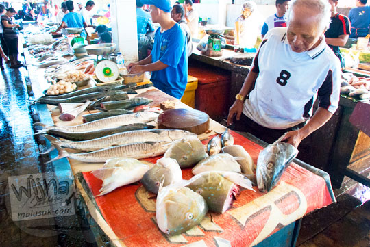 Penjual ikan di Pasar Ikan Tradisional di Kota Tanjung Pandan, Belitung pada tahun 2016 sedang melayani pembeli