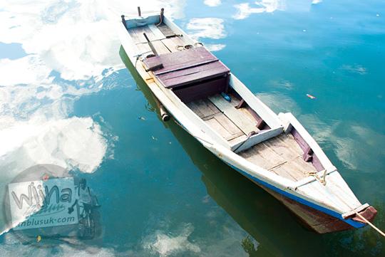 Foto perahu cantik dengan refleksi awan di dermaga pasar Tanjung Pandan, Belitung pada tahun 2016