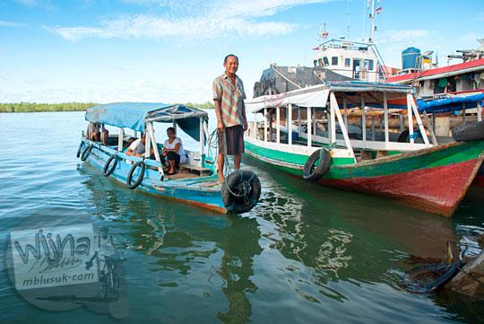 Perahu penyebrangan mengangkut penumpang dari pulau kecil merapat di dermaga pasar Tanjung Pandan, Belitung pada tahun 2016