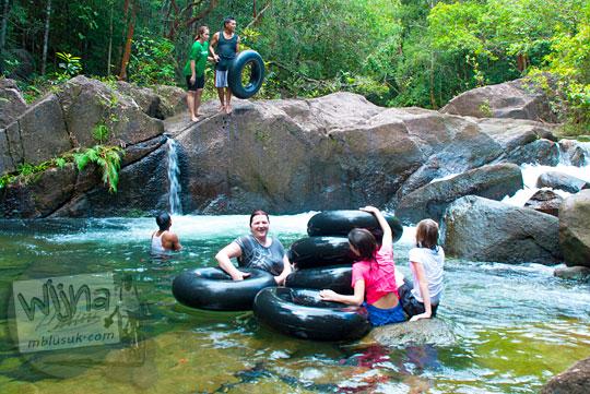 cewek bule asing mandi di sungai di Hutan Taman Wisata Alam Batu Mentas di Belitung Maret 2016