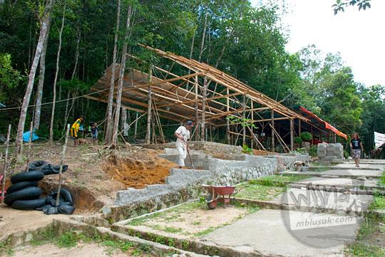 Warga membangun kedai warung rumah makan di kawasan Taman Wisata Alam Batu Mentas di Belitung Maret 2016