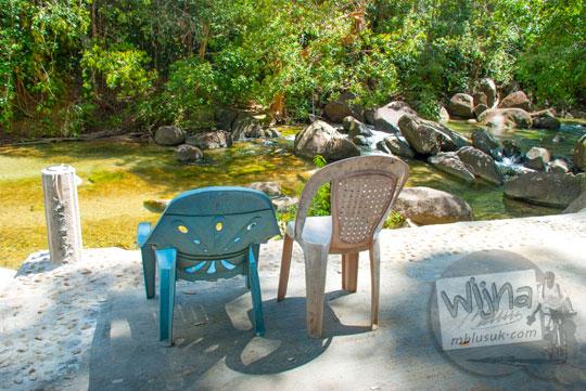dua bangku kursi romantis obyek foto instagramable di Taman Wisata Alam Batu Mentas di Belitung Maret 2016