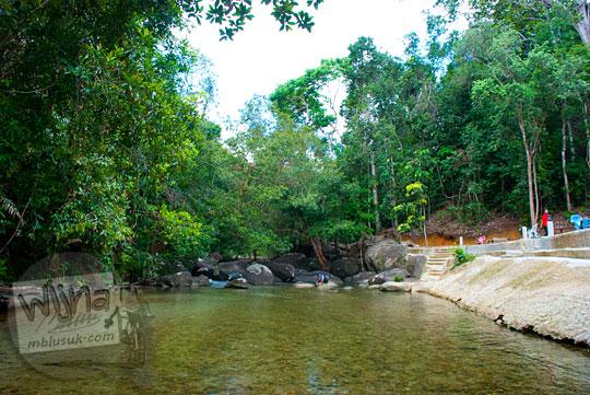 Wisata main air di sungai yang ada di Hutan Gunung Tajam Taman Wisata Alam Batu Mentas di Belitung Maret 2016