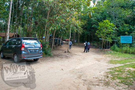 tarif masuk parkir pengunjung kawasan Taman Wisata Alam Batu Mentas di Belitung Maret 2016