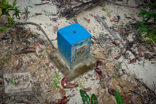 patok biru yang dibuat dinas pekerjaan umum Balai Besar Wilayah Sungai Sumatra viii di dalam Hutan Taman Wisata Alam Batu Mentas di Belitung Maret 2016