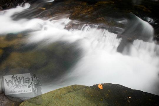 obyek foto slow speed sungai di Taman Wisata Alam Batu Mentas di Belitung Maret 2016
