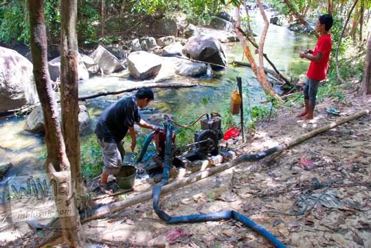 Warga mengambil air sungai dengan pompa air di Hutan Taman Wisata Alam Batu Mentas di Belitung Maret 2016
