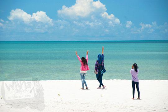 Anak-anak Manggar berpose di putihnya pasir Pantai Nyiur Melambai di Belitung Timur sebagai lokasi hits untuk selfie kekininian pada Maret 2016