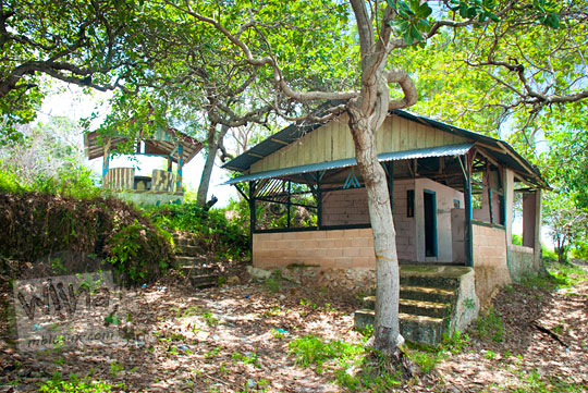 bangunan warung yang terbengkalai di seputar Pantai Nyiur Melambai di Belitung Timur kerap digunakan sebagai tempat pasangan cowok-cewek cantik Belitung memaduk kasih berhubungan badan pada Maret 2016