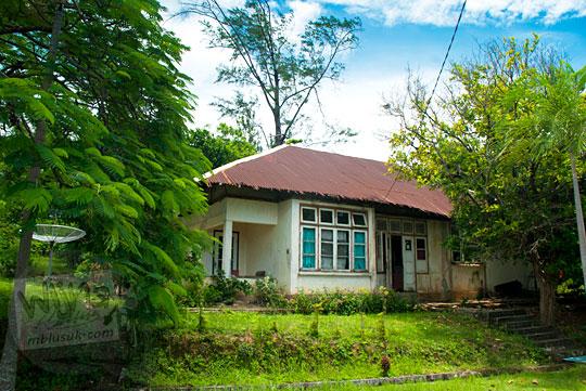 cerita-cerita seram tentang rumah-rumah tua peninggalan belanda yang berdiri di sekitar kawasan Pantai Nyiur Melambai di Belitung Timur pada Maret 2016