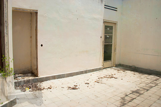 isi dalam kamar rumah tua angker dekat Pantai Nyiur Melambai di Belitung Timur yang menjadi lokasi pembunuhan anak pasangan belanda pada Maret 2016