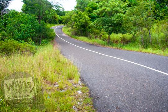 rute medan jalan raya aspal dari Kota Tanjung Pandan dan Kota Manggar menuju Pantai Nyiur Melambai di Belitung Timur pada Maret 2016