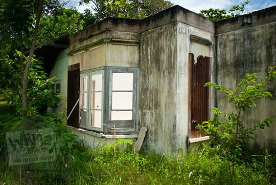 Jendela besar rumah tua dekat Pantai Nyiur Melambai di Belitung Timur pada Maret 2016 yang sering muncul penampakan wanita bermuka darah dan mengenakan gaun putih