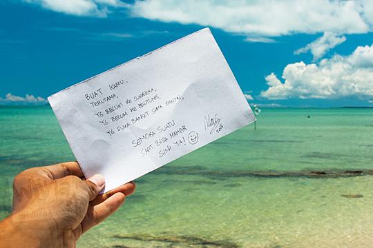 kertas bertuliskan ucapan yang difoto oleh pengunjung saat singgah di tempat asyik tersembunyi Pantai Nyiur Melambai di Belitung Timur pada Maret 2016