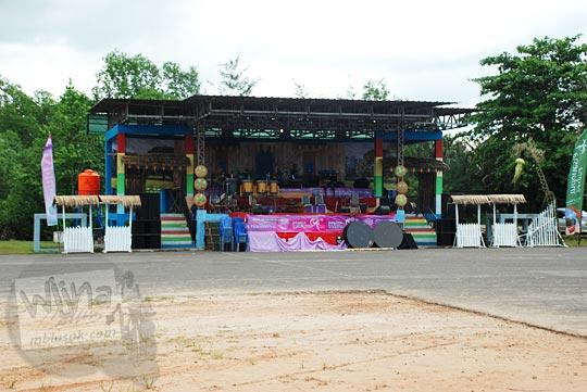 panggung acara gerhana matahari total di Pantai Nyiur Melambai di Manggar, Belitung Timur pada Maret 2016