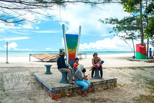 patung ikonik untuk berfoto selfie di  Pantai Nyiur Melambai di Belitung Timur pada Maret 2016