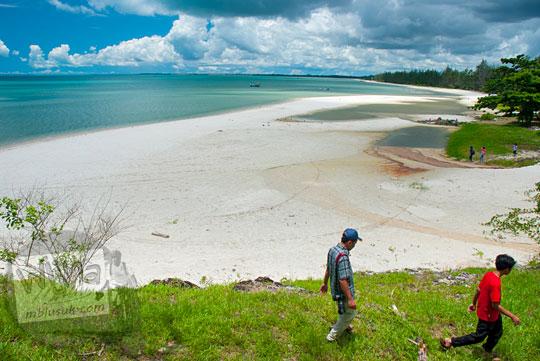 Pemandangan indah Pantai Nyiur Melambai di Belitung Timur yang bersih dan sepi dekat Kota Manggar pada Maret 2016