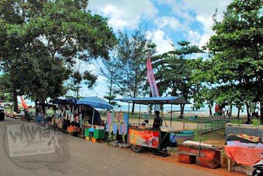 cerita kisah penjual kaki lima di kawasan Pantai Nyiur Melambai di Manggar, Belitung Timur pada Maret 2016