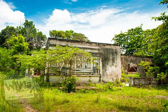 tampak dekat penampakan wujud rumah tua klasik di sekitar Pantai Nyiur Melambai di Belitung Timur yang disebut-sebut angker oleh warga setempat pada Maret 2016