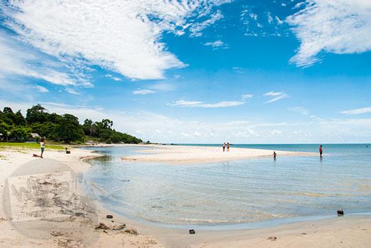 suasana sepi dan syahdu di Pantai Nyiur Melambai di Belitung Timur dekat Kota Manggar pada Maret 2016