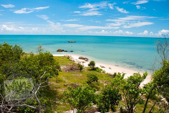 penampakan pantai-pantai kecil sepi tak bernama di sekitar Pantai Nyiur Melambai di Belitung Timur yang sering dipakai muda-mudi untuk main, pacaran, dan berkemah pada Maret 2016