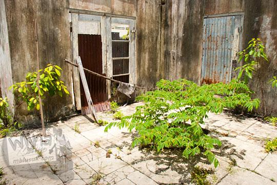teras halaman rumah tua di dekat Pantai Nyiur Melambai di Belitung Timur yang konon pernah menjadi lokasi pembunuhan keluarga Belanda pada Maret 2016